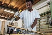 Ein Klient des Zentrums Ranunkel arbeitet in der Holzwerkstatt. (Bild: PD)
