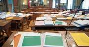 «Eine Präzisierung der heutigen Situation»: Geschäftsakten im Kantonsratssaal. (Bild: Ralph Ribi)