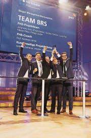 Die strahlenden Gewinner (v. l.): Philipp Sutter, Nicolas Gorlero, Fabian Ritter, Projektleiter Johannes Grob und Luca Pieli. (Bild: PD)