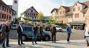 In Aadorf wurde der Platz zwischen katholischer und evangelischer Kirche neu gestaltet; die Strasse ist Teil der Gestaltung. (Bilder: Hans Suter)