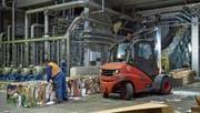 Ein Mitarbeiter der Model AG bereitet die gepressten Getränkekartons für die Recyclinganlage vor. (Bild: PD)