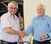 Hans Roos (links) wird von Jürg Pfiffner verabschiedet. (Bild: pd)