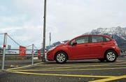Beim Bahnhof Buchs sind drei Mobility-Fahrzeuge stationiert. Ein weiteres beim Bahnhof Trübbach. (Bild: Corinne Hanselmann)