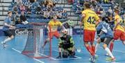 Unter Druck: Liechtensteins Abwehr mit Torhüter Pascal Müller musste sich im Startspiel gegen Estland mit allen Mitteln wehren. (Bild: IFF)