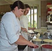 Das Ehepaar Rebekka und Pascal Rebmann-Kunz arbeitet bei der Kreation des Mädesüss-Beerentraums Hand in Hand und präsentiert die Torte. (Bilder: Adi Lippuner)