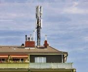 Für Elektrosensible ein Unort: Haus mit Telekommunikationsantenne. (Bild: fotolia)