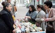 Hilde Market in der Frauenfelder Altstadt im Gespräch mit Kunden. (Bild: Andreas Taverner)