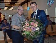 Rudolf Lippuner (links) freut sich über die blumige Verabschiedung durch seinen Nachfolger Christoph Gull. (Bild: Hanspeter Thurnherr)