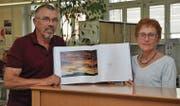 Präsentieren mit Stolz das Buch, für welches sie von einer Fachzeitschrift aus München ausgezeichnet wurden: Der Gamser Fotograf Sepp Köppel und die Buchser Lyrikerin Elsbeth Maag. (Bild: Armando Bianco)