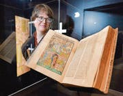 Kantonsbibliotheksmitarbeiterin Barbara Schmid betrachtet die Richental-Chronik in der Vitrine. (Bild: Donato Caspari)