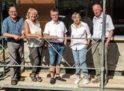 Die Baukommission posiert am Aufrichtefest: Fritz Lerch, Susanne Büchi, Ruedi Engeler, Irene Schwarz und Bernhard Kohler. (Bild: PD)