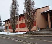 Südlich des Schulhauses, dort, wo aktuell der Schnee liegt, wird ein Schutzwall errichtet, der dafür sorgt, dass bei Hochwasser kein Wasser in das Schulhaus eindringen kann. (Bild: Beat Lanzendorfer)
