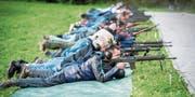 Konzentriert liegen die Gewehrschützen am Boden und zielen. Das Schwaderlohschiessen absolvieren sie in drei Stellungen: stehend, kniend und liegend. (Bild: Reto Martin)