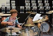 Hochkonzentriert am Schlagzeug: Dylan Utzinger (11) aus Winterthur. (Bild: Christoph Heer)