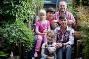 Zuwachs für die Familie Frischknecht: Mutter Anette, Vater Tschiggo und die Töchter Benita und Linda mit Büsi Söckli nahmen den Flüchtling Tahir Ibrahimi auf. (Bild: Mareycke Frehner)