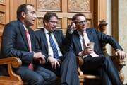 Die drei SVP-Nationalräte beobachten die Debatte zur Masseinwanderungs-Initiative: Thomas Matter (ZH), Albert Rösti (BE) und Roger Köppel (ZH). (Bild: KEYSTONE)
