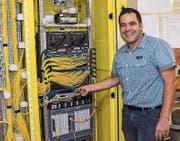 Werksmitarbeiter Manuel Herzog zeigt einen Knotenpunkt des Eschliker Glasfasernetzes in der Trafostation Riet. (Bild: PD)