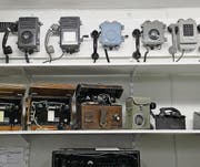 Blick in die Ausstellung über die Entwicklung der Nachrichtenübermittlung: Telefonapparate, Übermittlungszentralen und Funkgeräte. (Bild: Nana do Carmo / TZ)