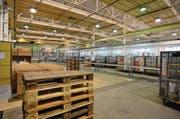 Seit Mitte Oktober werden in der ehemaligen Saurer-Halle gegenüber dem neuen Jumbo Maximo Retourenartikel von Zalando verarbeitet. (Bild: Max Eichenberger)