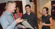 Wil-Tourismus-Interims-Präsident Walter Dönni überreicht Valentin Künzle und Selina Fischer Künzle die Prix-Casa-Urkunde. (Bild: Christoph Heer)