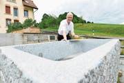 Verkehrsdirektor Werner Ibig freut sich, dass der Neubau nach Plan verläuft und der Brunnen bis Samstag bereit sein wird. (Bild: Donato Caspari)