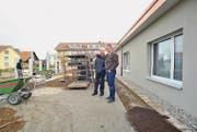 Kirchenpräsident Heini Stürm lässt sich von Architekt Markus Willi den neuen Demenzgarten zeigen. (Bild: Olaf Kühne)