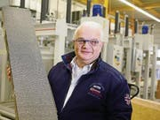 Fredy Iseli mit einer Betonwabe in der Fabrik in Sulgen. (Bild: Donato Caspari)