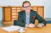 Walter Oberhänsli gönnt sich eine Tasse Kaffee am Hauptsitz von «Zur Rose» in Frauenfeld. Im Hintergrund ein Handverkaufstisch aus Steckborn. (Bild: Andrea Stalder)
