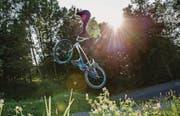 Fabio Schmidhauser springt mit seinem BMX über eine Schanze auf der BMX-Bahn der Bike Hunters im st. gallischen Goldach. (Bild: Ralph Ribi)