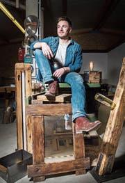 Dominic Frei mitten in der Werkstatt umringt von seinen Einrichtungsgegenständen. (Bild: Andrea Stalder)