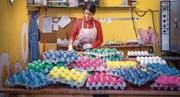 Alles so schön bunt hier: Die noch warmen, hart gekochten Eier werden von Hand gefärbt. (Bilder: Andrea Stalder)