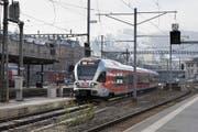 Ein Stadler Rail Flirt Zug der Südostbahn: Voraussichtlich Anfang 2019 beginnt der Thurgauer Fahrzeugbauer mit dem Bau des ersten Wagenkastens. (Archivbild) (Bild: GAETAN BALLY (KEYSTONE))