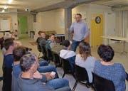 Die Zuhörer verfolgen die Ausführungen von Roger Märkli. Die Jugendlichen spricht er mit konkreten Beispielen seiner eigenen Kinder direkt an. (Bild: Lukas Hutter)