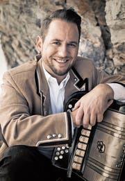 Mit seinen Songs über die Heimat, die Liebe und die Bergwelt begeistert der selbsternannte «Alpentainer» seine Fans. (Bild: Adrian Bretscher)