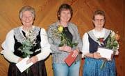 Die Jubilarinnen Paula Beusch (links) und Doris Egloff (rechts) mit der scheidenden Präsidentin Regula Gisler (Mitte). (Bild: PD)