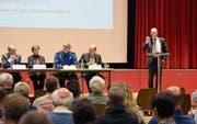Landammann Matthias Weishaupt (rechts) stand am Dienstag im Zentrum. Er musste am meisten Fragen beantworten. (Bild: CAL)