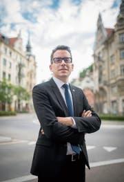Erst 27 und schon Kantonsratspräsident: Ivan Louis in der St.Galler Altstadt. (Bild: Benjamin Manser)