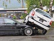 Auf der Motorhaube kam das Auto zum Stillstand. (Bild: Landespolizei)