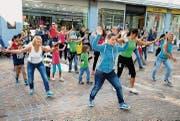 Am Samstagvormittag zwischen Hilde Market und Bäckerei Truniger: Ein Flashmob aus Jung und Alt erregt Aufsehen. (Bild: Andreas Taverner)