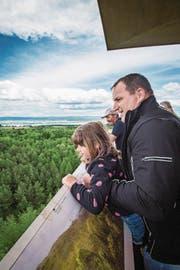 Erste Besucher geniessen die Aussicht vom Turm. (Bild: Reto Martin)