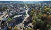 Auf der rechten Seite der Waldeggstrasse befinden sich die drei Liegenschaften, welche der Gemeinderat veräussern will – im Vordergrund der Werkhof. (Bild: Olaf Kühne)