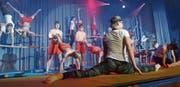 Die Turner zeigen akrobatische Einlagen und ernten dafür viel Applaus. (Bild: Erwin Schönenberger)