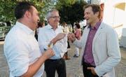 FDP-Kreisparteipräsident Raphael Frei und der neue FDP-Gemeinderat Markus Lanter stossen mit Roland Brändli an. (Bild: Rudolf Hirtl)
