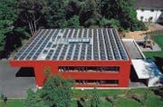 Blick auf die Photovoltaikanlage auf dem Dach des Schulhauses an der Schützenstrasse. (Bild: PD)