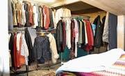 In den Räumlichkeiten der Lebensmittelabgabe in Heiden werden neu Kleider angeboten. (Bild: PD)