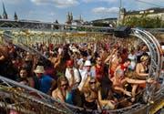 W wie Werbeeffekt: Wie viel bringt die Street Parade dem Standort Zürich? In Franken ist das schwierig zu beziffern. Die Organisatoren gehen von rund 120 Millionen Franken aus. Die letzte Studie dazu stammt indes aus dem Jahr 2003. Laut Ueli Heer, Sprecher von Zürich Tourismus, ist der Effekt jedenfalls stark positiv: «Die Bilder der tanzenden Menge werden in die ganze Welt ausgestrahlt.» (Bild: Keystone)
