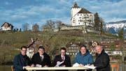 Die Vertreter der Hauptsponsoren erachten die strahlende Wintersonne als gutes Omen: Albert Marti (Amag Buchs), Heiko Diederichs (Sigma-Aldrich Merck), Sandro Uhlmann (Raiffeisenbank Werdenberg), Daniel Keusch (Blumen Keusch) und Rainer Kostezer (Mobilar Buchs-Sargans) unterzeichnen den Sponsoringvertrag – am Festspielort vor der Kulisse des Seeli und des Schlosses Werdenberg. (Bild: Thomas Schwizer)