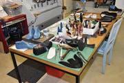 Hier in der Werkstatt von Schuhmacherin Ena Ringli entstehen verschiedene Schuhe aus Leder. (Bild: Lukas Hutter)