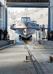 Das MS Thurgau auf dem Weg ins Trockendock in der URh-Werft in Langwiesen. (Bild: Donato Caspari)