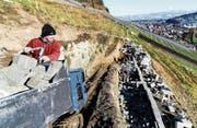 Auch im Winter geht die Arbeit nicht aus. Christian Herzog erstellt noch bis Mitte April neue Trockenmauern am Buechberg. (Bilder: Rudolf Hirtl)